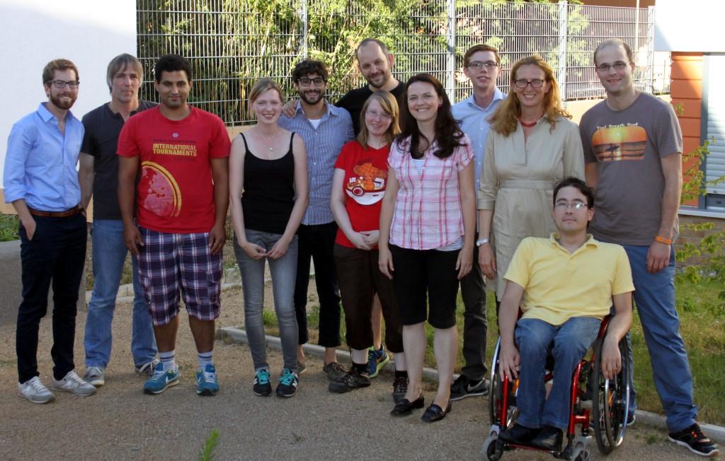 Die Besuchergruppe der JUSOS mit dem Projektleiter, den Coaches, Bewohnern und der Hofheimer Bürgereisterin Gisela Stang.